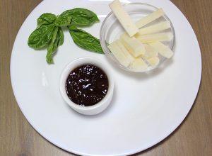 Teller mit Käse und Marmelade