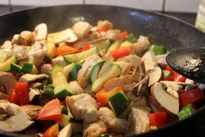 Pfanne mit Gemüse und Fleisch