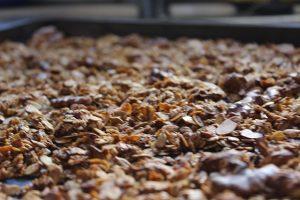 Das frisch aus dem Ofen geröstete Knusper-Müsli gut abkühlen lassen