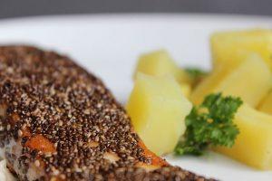 Lachsfilet mit einen Kruste aus Chiasamen mit Salzkartoffeln