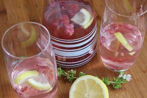 Mit Himbeeren, Zitronen und getrockneten Datteln aromatisiertes Wasser