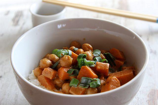 Süßkartoffel, Kichererbsen, Frühlingszwiebeln als leicht scharfes Curry