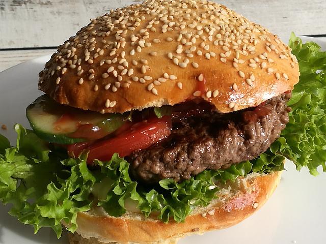 Leckere Burger mit selbstgemachten Burger Buns